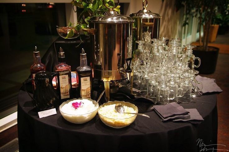 Un sencillo coffee bar para bodas: con licor, cafe cafeinado y decaf, crema y otros