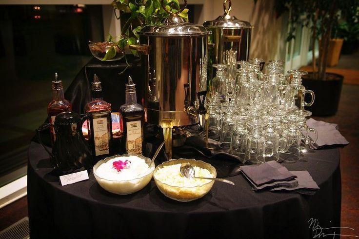 Un sencillo coffee bar para bodas: con licor, cafe cafeinado y decaf, crema y otros