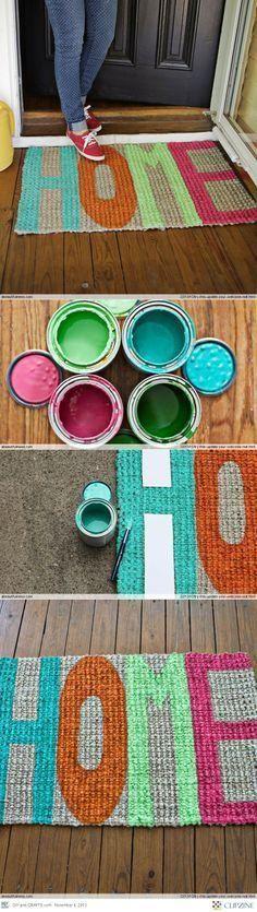 """""""Hogar, dulce hogar"""" un welcome mat de yute pintado por ti. Aprovecha los tarros de pintura que tengas a mano. Para guiarte, marca con stencil las letras, píntalas y déjalo secar. Si deseas protegerlo de la intemperie, cúbrelo con una capa de barniz."""