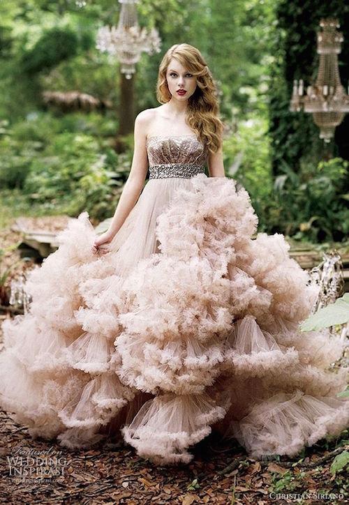 Layered A-line wedding dress by Christian Siriano. Impactante y glamoroso vestido de novia con corte imperio de Christian Siriano modelado por la famosa Taylor Swift para la promoción de su perfume Wonderstruck.