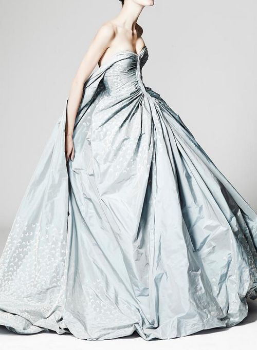 Un vestido en color de Zac Posen con silueta ball gown. Zac Posen for daring brides.