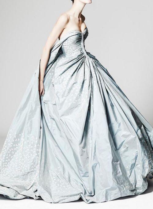 Un vestido en color de Zac Posen con silueta ball gown. Zac Posen for daring brides.
