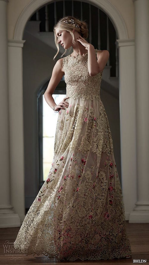 Entre estos vestidos para novias de diseñadores 2016, encontramos a este hermoso y original vestido boho de BHLDN con silueta corte A, cuello alto sin mangas. Designer wedding dress from the BHLDN 2016 collection. A-line high neck dress.
