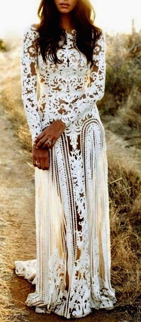 Sheath wedding dress with long sleeves and boat neckline perfect for a boho wedding at the beach. Si buscas algo boho para una boda en la playa lo encontrarás en estos vestidos para novias con corte columna de mangas largas y cuello bote.