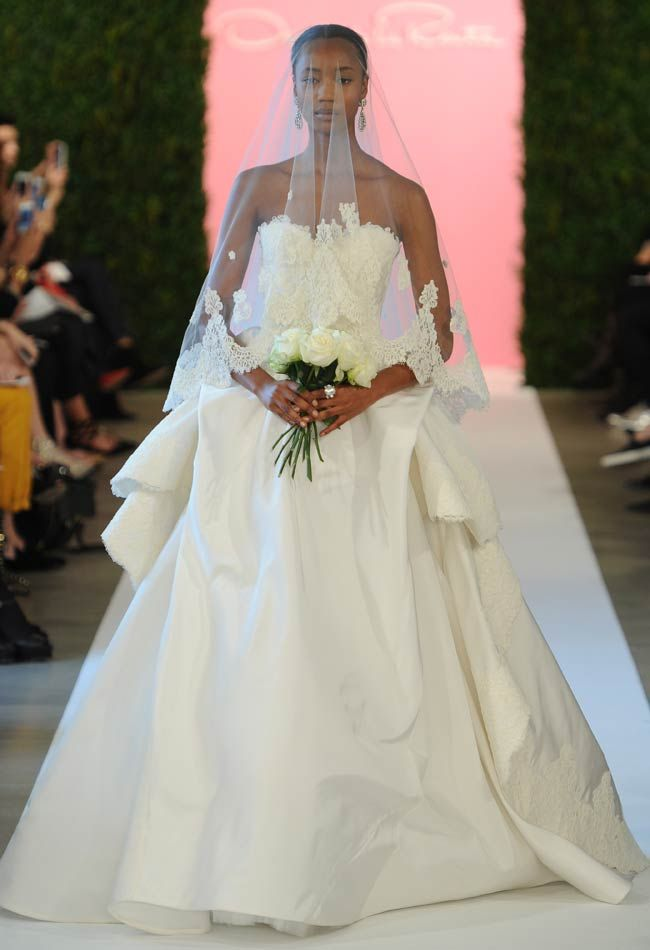 Ball gown with lace appliques and chantilly lace, silk organza and tulle by Oscar de la Renta. No podíamos dejar de agregar los vestidos para novias corte de Gala de Oscar de la Renta.