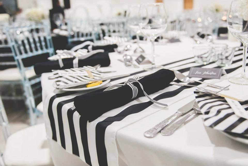 Caminos de mesas para bodas informales - un camino minimalista en blanco y negro en satin a rayas.