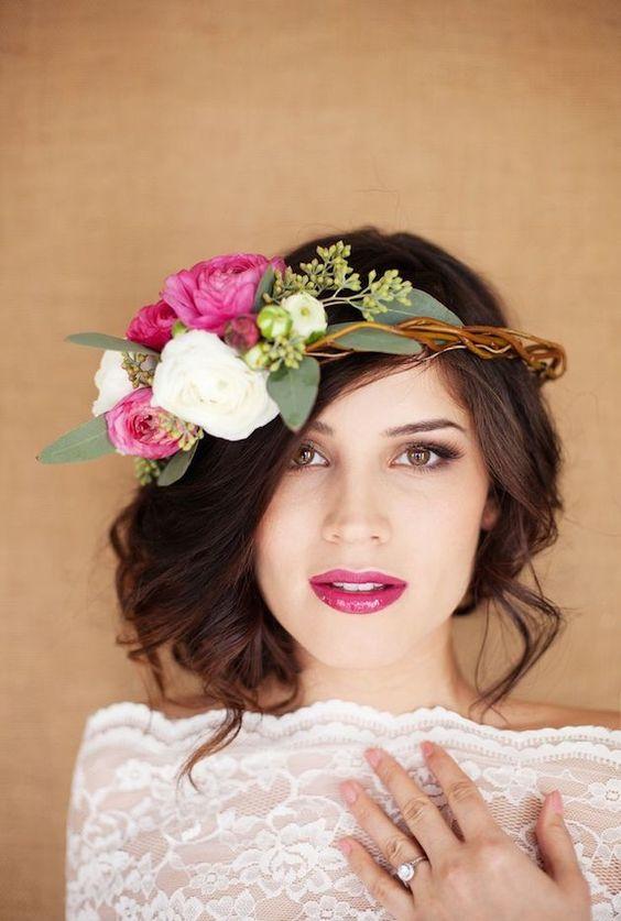 Combina tu labial con tu corona de flores boho y luce increíble en tu boda.