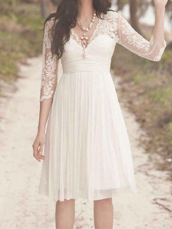 Corte princesa y encaje en el cuello y mangas este vestido corto es muy apropiado para un casamiento por civil.