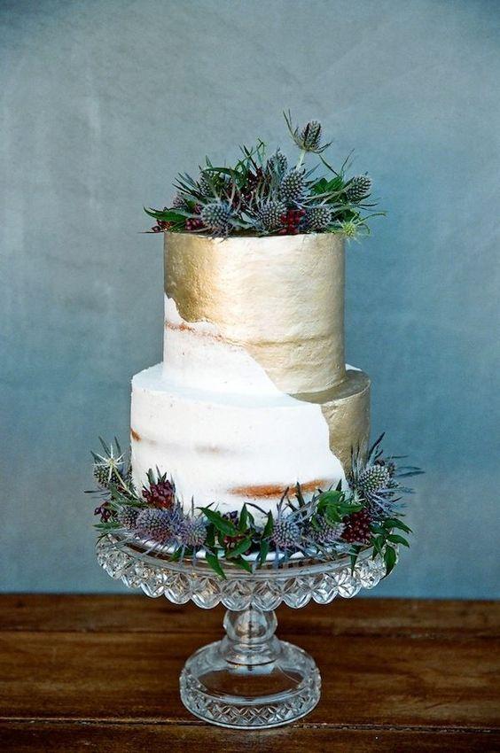 Dos tendencias en pasteles de bodas en una. Tarta semi-desnuda y láminas metalizadas se unen para traernos una creación original en esta torta de bodas redonda de dos pisos.