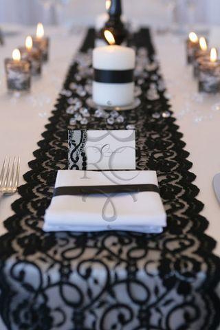 Encaje en negro para el camino de mesa de una boda en blanco y negro.