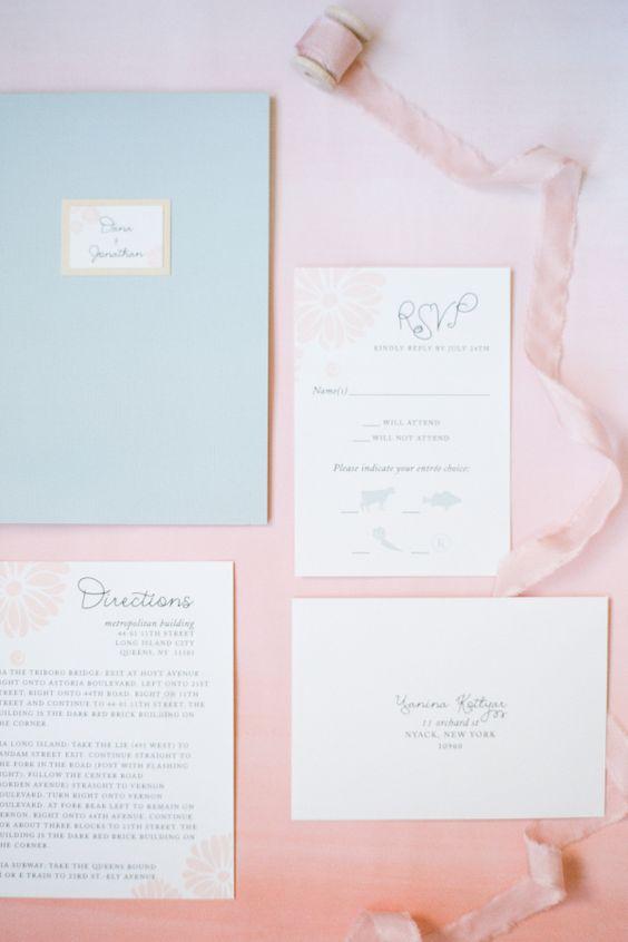 Invitaciones de boda en rosa cuarzo y azul serenity.