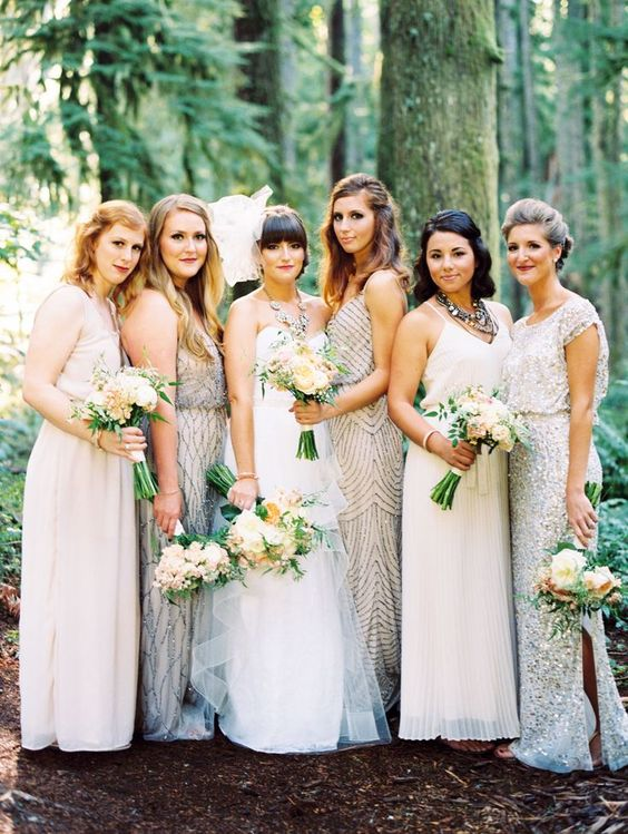 Como elegir el color de los vestidos para damas de honor perfectos. La tendencia es el mismatched look en vestidos para damas de honor. Una forma creativa del tradicional matchy matchy de los colores. ¿que opinas de estos?
