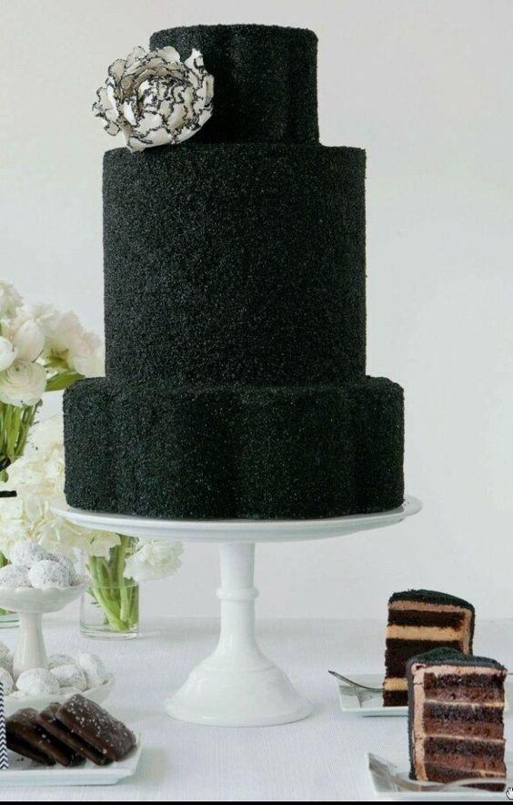 La última tendencia en pasteles de bodas del 2016: the black wedding cake. ¿No es increíble? Lo único que tiene de tradicional son los tres pisos. ;)