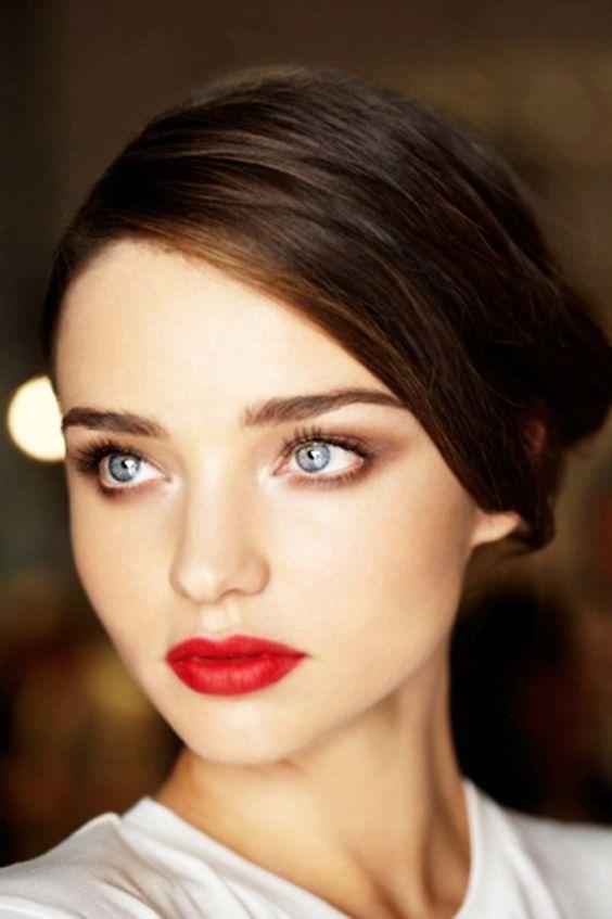 Labios rojos para un look de maquillaje de novia atemporal