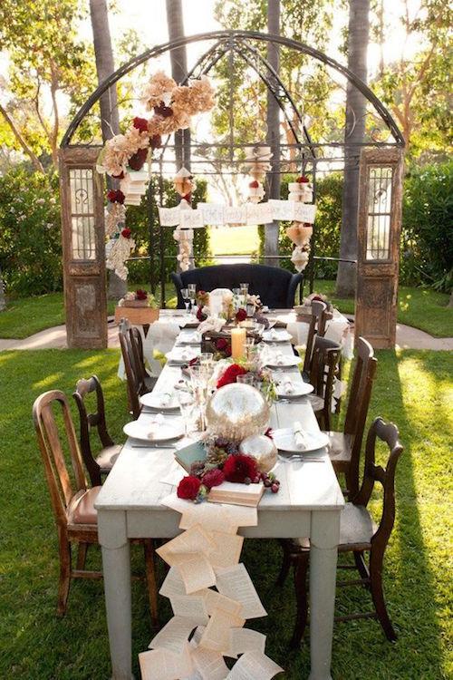 Nos encantan los caminos de mesa para bodas con hojas de libros. Shakespeare in Love por LDL Events