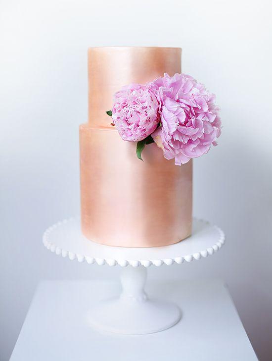 Sweet Bakes: Pastel en dorado rosado ideal para una boda de verano. (Ja! Me rimó) Un pastel con bordes perfectamente rectos y modernos que se yuxtapone con la suavidad de las peonias en rosa.