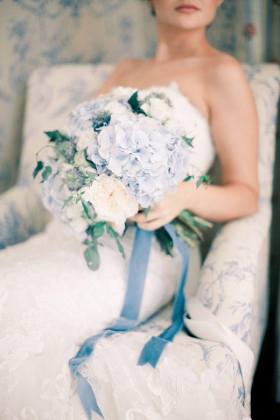 Un bouquet de hydrangeas u hortensias para darle el toque de color al complemento de tu vestido.