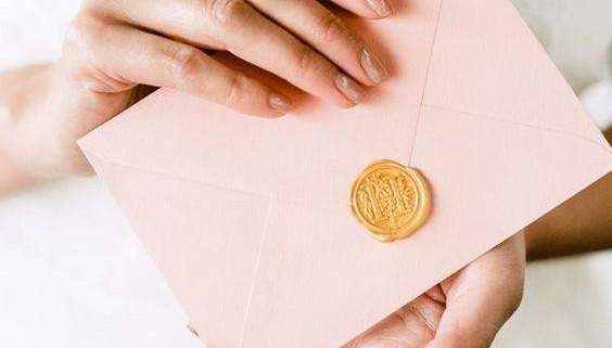 Rosa y dorado para tus invitaciones de boda. ¿Quieres hacer tus propios sellos de boda? No te pierdas este artículo!
