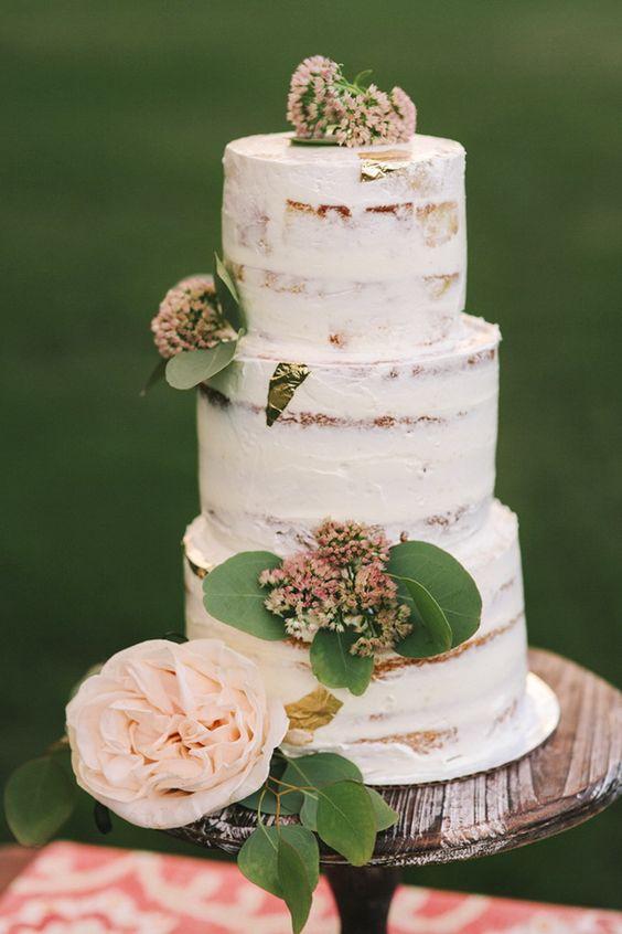 Tendencias en pasteles de bodas: Tres pisos de blanca semi-desnudez con toques en powder pink.