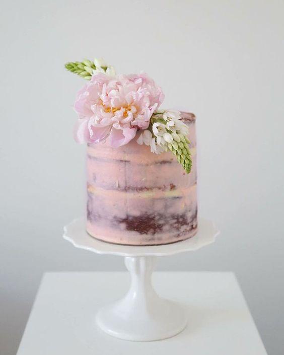 Tendencias en pasteles de bodas rectos y en rosa: Mas recto imposible, esos bordes sin ninguna redondez son una obra de ingeniería pastelera en rosa cuarzo con un topper de una simple rosa fresca y natural.