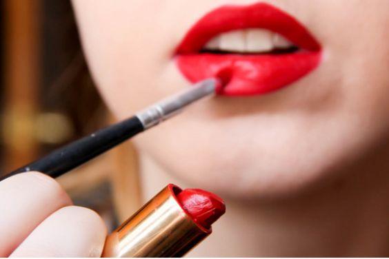 Trucos de maquillaje de labios para bocas pequeñas. El rojo y un buen delineador de labios son tus aliados esta temporada.