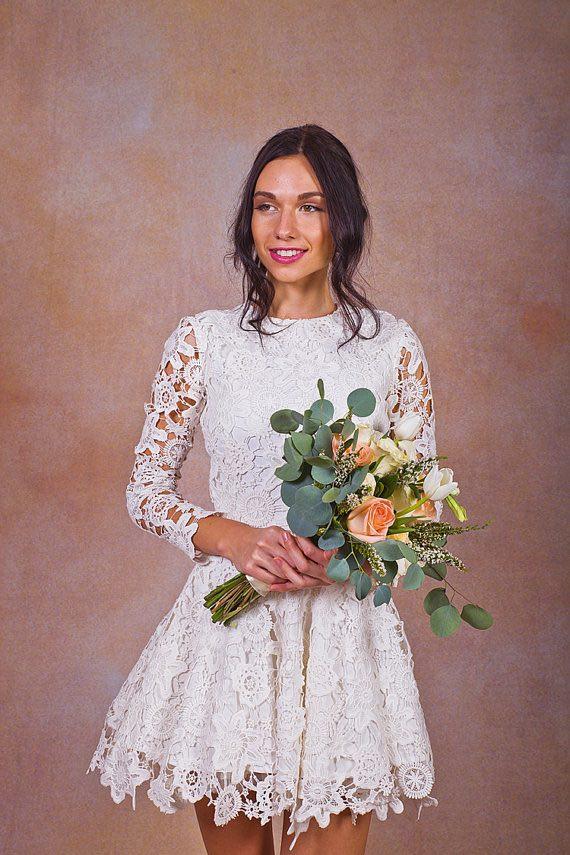 Daniela es un mini vestido impresionante, con un acabado de encaje de algodón de estilo crochet. Con cuello alto y mangas largas transparentes. Diseñado con una silueta muy favorecedora, con un corpiño ajustado y ajustado en la cintura, y un amplio evassé a partir de las caderas.