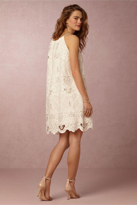 Vestido de novia corto en color marfil deal para un casamiento civil en verano.