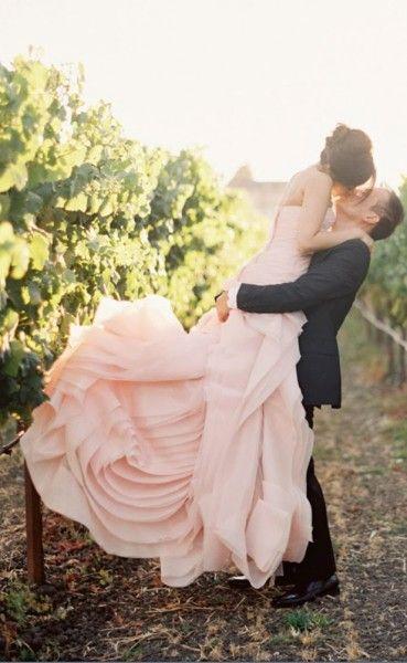 Vera Wang wedding dress in blush. Vestido de novia de Vera Wang en rosa pálido