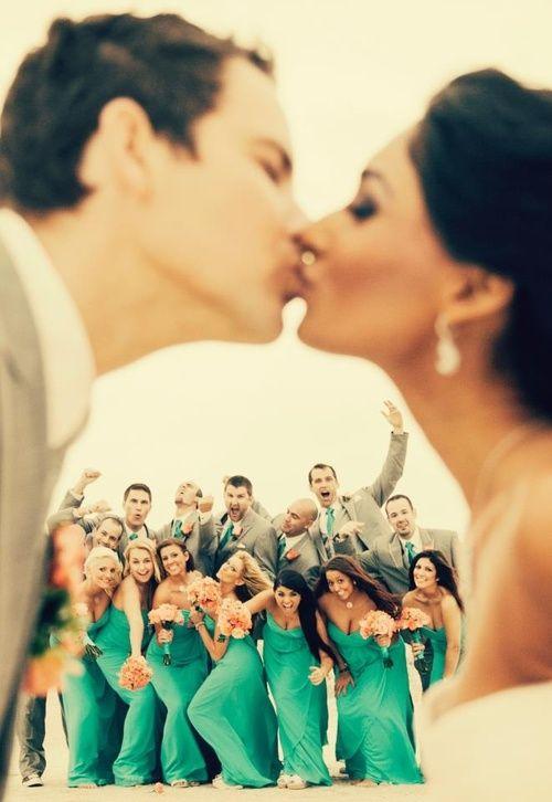 Vestidos de damas de honor en verde esmeralda coordinados con los colores de la boda. ¿No lucen preciosos? Fotografía: chesterphotography