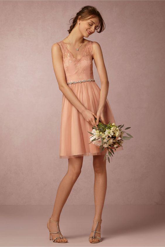 Vestidos de novia cortos para el civil. Una silueta clásica con un toque moderno en rosa cameo con detalles bordados y una falda de tul. También lo encuentras en color marfil, lavanda, azul oasis y azul marino. Un sueño total.