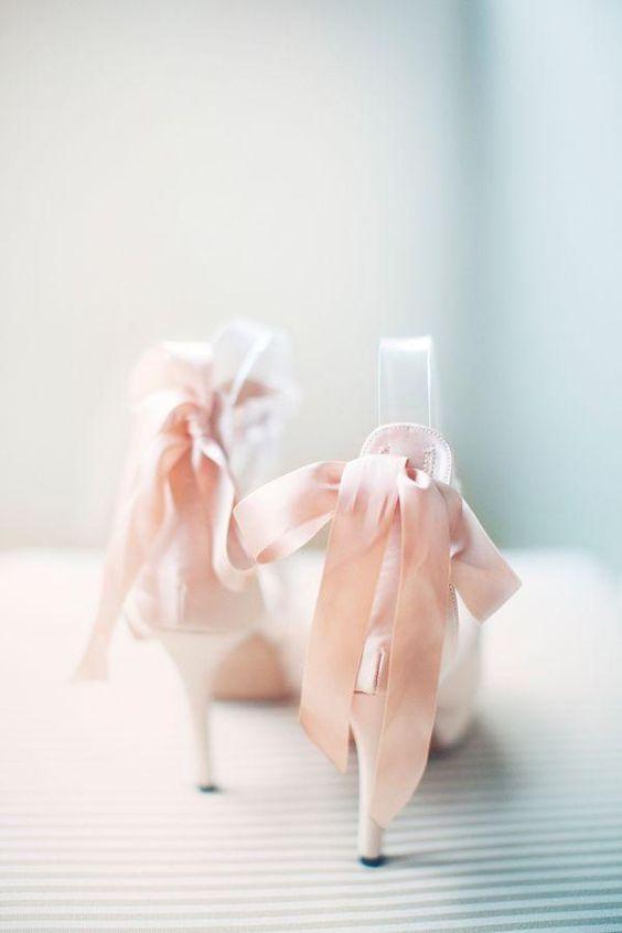 These shoes could inspire a whole rose quartz and serenity blue wedding. Zapatos para novias para inspirar la decoración de bodas rosa cuarzo y azul serenity.