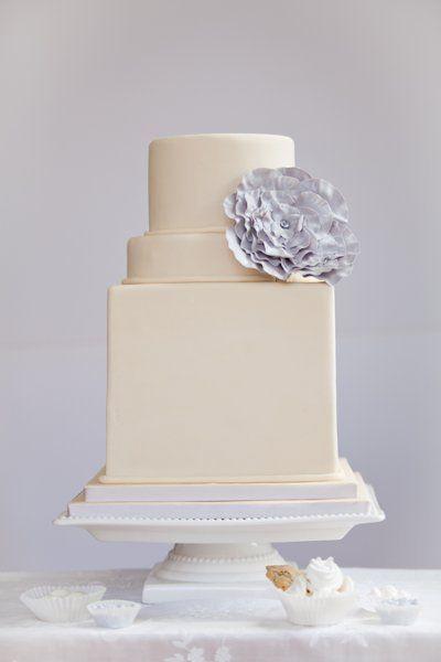 Blue Note Bakery de Austin Texas nos trae esta creación pastelera de bordes rectos con pastel cuadrado y redondo. ¿Cómo calculo las porciones? ;)