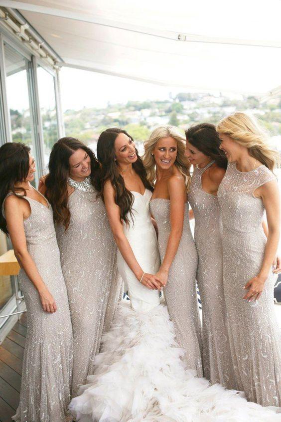 El brillo en los vestidos de las damas de honor contrastan hermosamente con el blanco de la novia. No te pierdas esta guía: Como elegir los Vestidos para Damas de Honor Perfectos