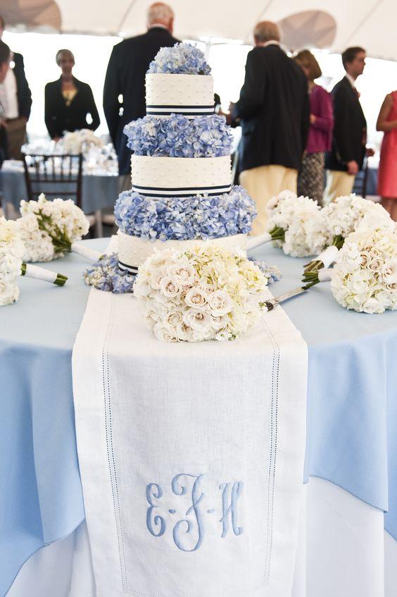 No nos olvidemos del camino de la mesa del pastel de bodas monogramado.