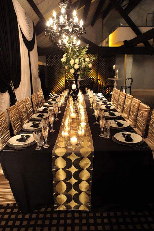 Un camino de mesa de bodas de lujo total en negro y dorado en el Doltone Loft. Fotografía: Bride's Book