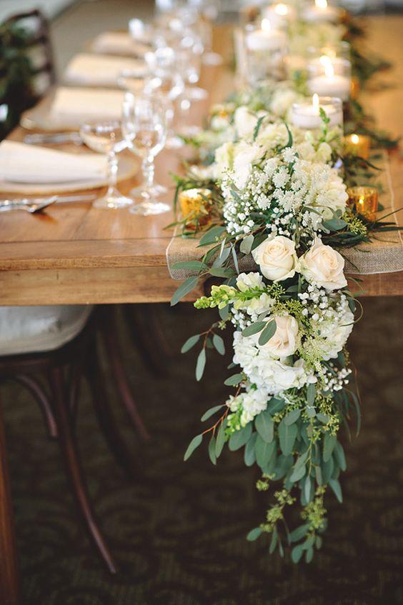 Blanco verde y dorado en un camino de mesa de bodas en cascada capturado por Eric Floey Photographers.