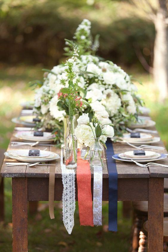Un camino de mesa para bodas sencillo de hacer: solo necesitas cintas gross de distintos estilos y grosores.