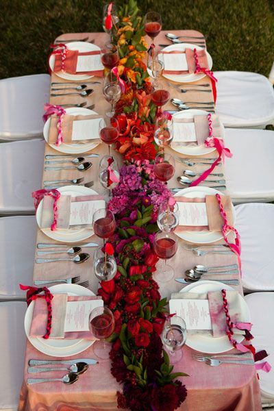 Un degradé de flores convertido en caminos de mesa para bodas.