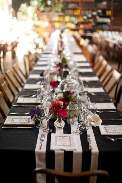 Caminos de mesa para bodas versatiles: ¿Se acuerdan del Smogshoppe, uno de los mas originales lugares para casarse en Los Angeles? Para que vean que la versatilidad de las rayas se adaptan a todo tipo de bodas, depende de como las combines.