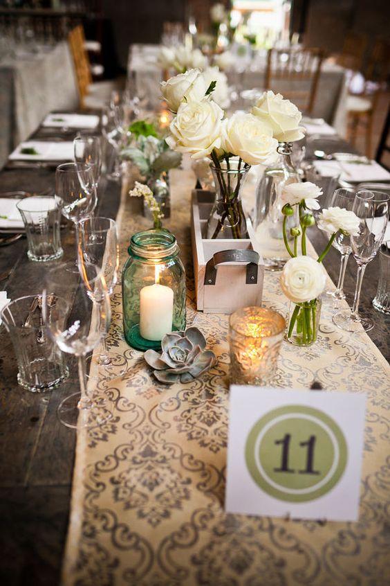 Un camino de mesa muy apropiado para una boda vintage.