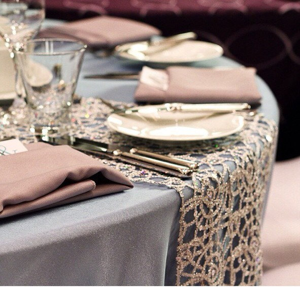 Caminos para mesas redondas de bodas en color champagne.