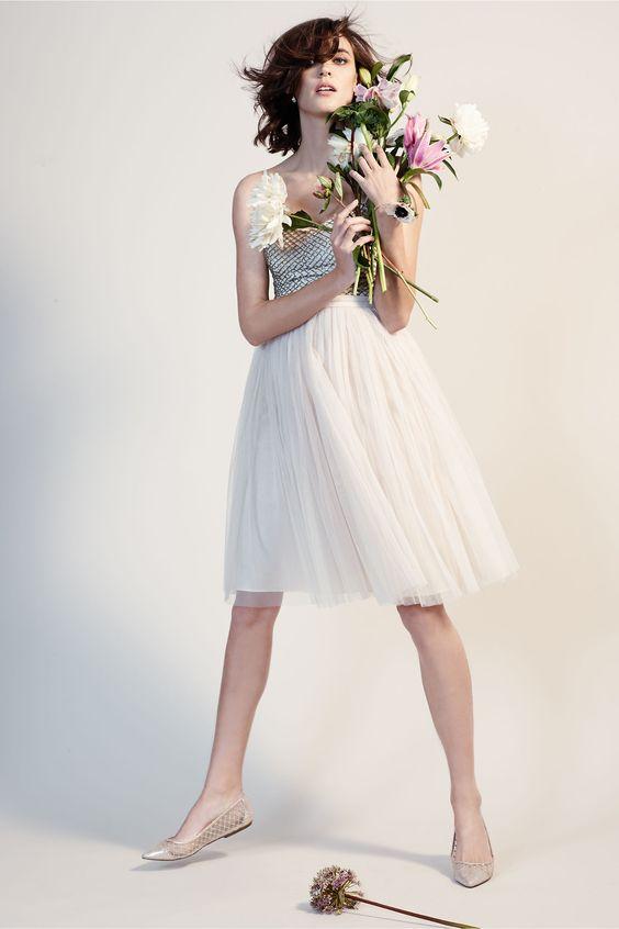 Vestido corto. Mezcla perfecta de clásico e inesperado y una opción romántica para tu boda civil o para cambiarte luego de la ceremonia religiosa