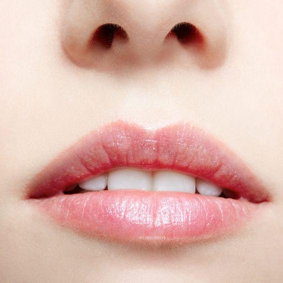 Como maquillar labios finos: Un delineado en beige claro o nude alrededor de la boca hará que tus labios luzcan mas grandes.