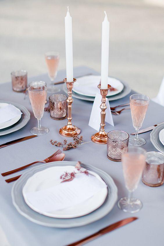 Decoración de mesas de bodas. Azul serenity y cobre para dar un toque steampunk a una boda llena de paz.