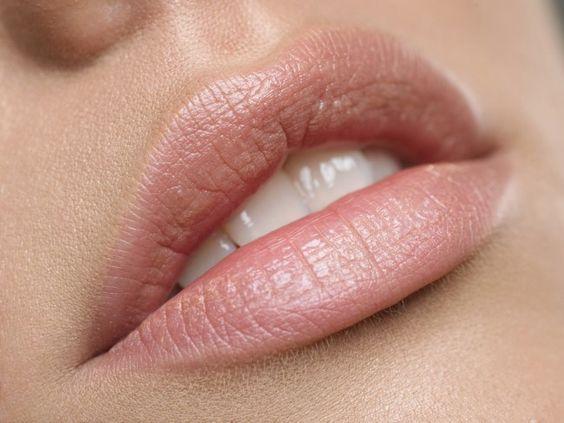 Delinea tus labios con un color nude y evita que se corra el lápiz de labios.