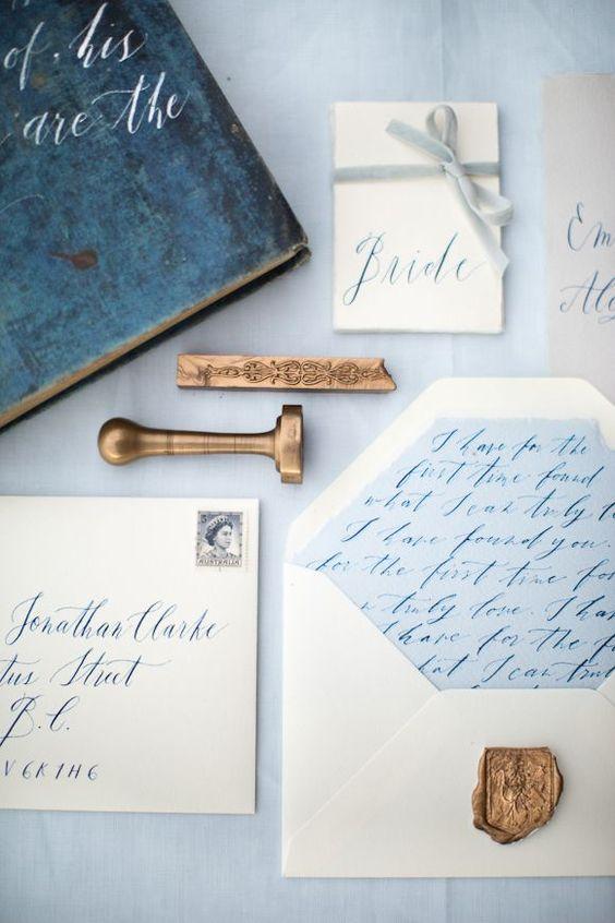 El serenity blue se puede incorporar en las invitaciones de boda dentro de los sobres y en el color de la tinta.