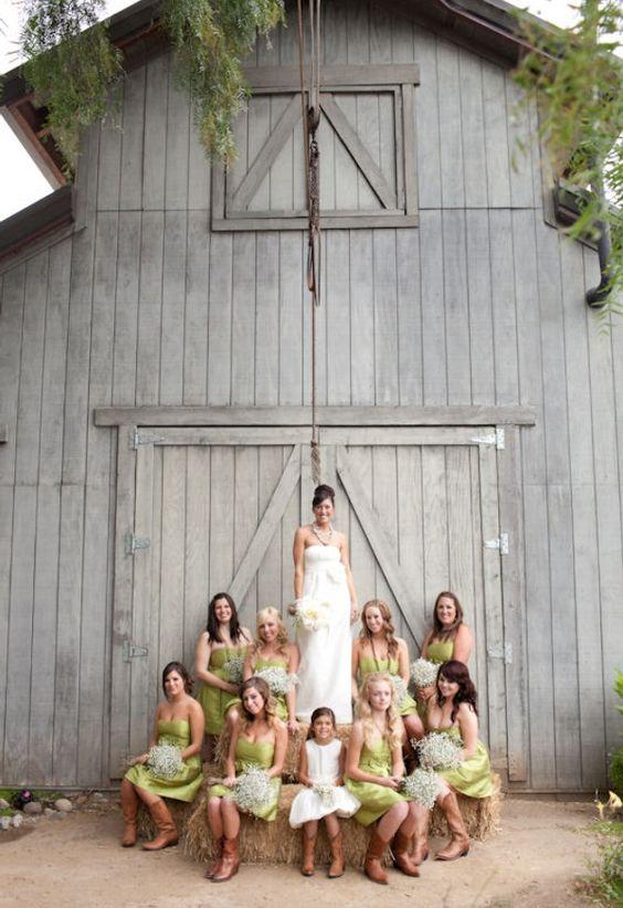 Marian Wilson Photography nos trae esta increíble toma de la novia con sus damas de honor en una boda rústica en Camarillo, CA. ¡vivan las botas de cowboy! Lee para saber como elegir los vestidos para damas de honor perfectos.