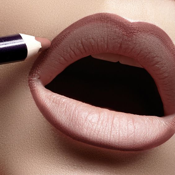 No olvides cubrir tus labios con una capa de base. No solo el maquillaje de labios durará mas sino que podrás ver el real color de tu lápiz labial.