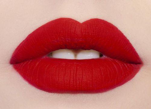 Maquillaje de labios en rojo: Los labios en rojo hicieron furor en las pasarelas de este año. Usa y abusa este color tan sexy.
