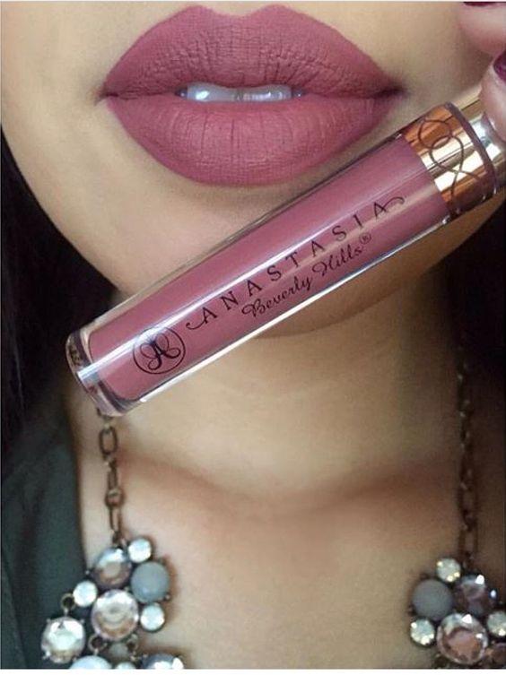 Los rosas y los berries están de moda. Que opinas de este maquillaje de labios ¿lo llevarías en tu boda?